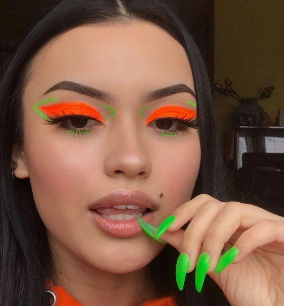 delineado gatinho laranja e unha verde fluorescente, look de carnaval