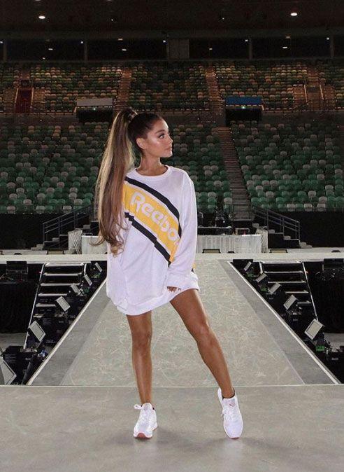 T-shirt oversized com tênis branco