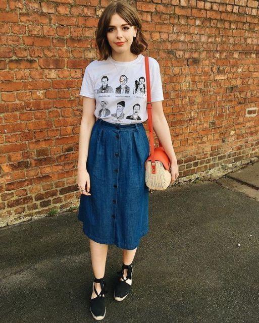 blusa estampada com saia midi jeans