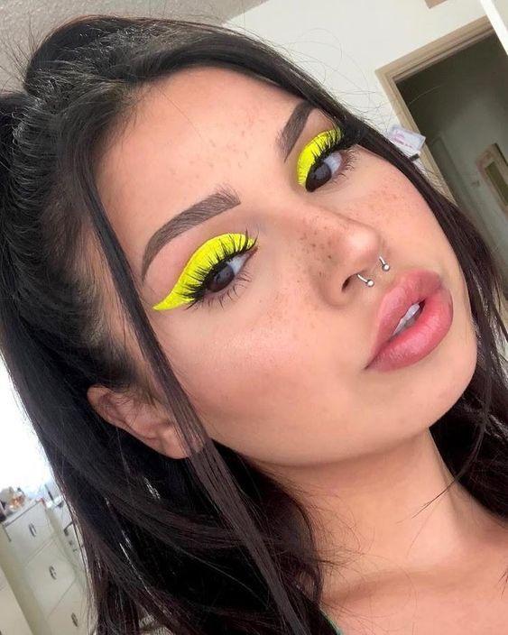 delineado neon gatinho amarelo, look de carnaval