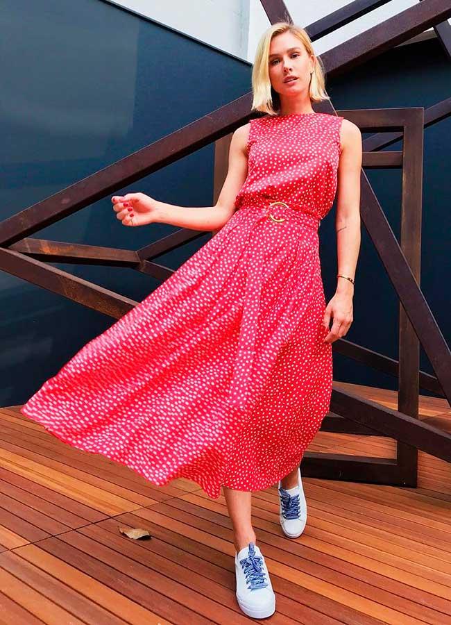vestido vermelho com tênis