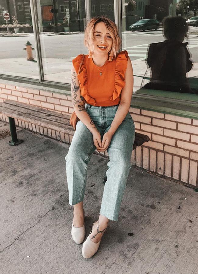 regata laranja com babados calça de cintura alta