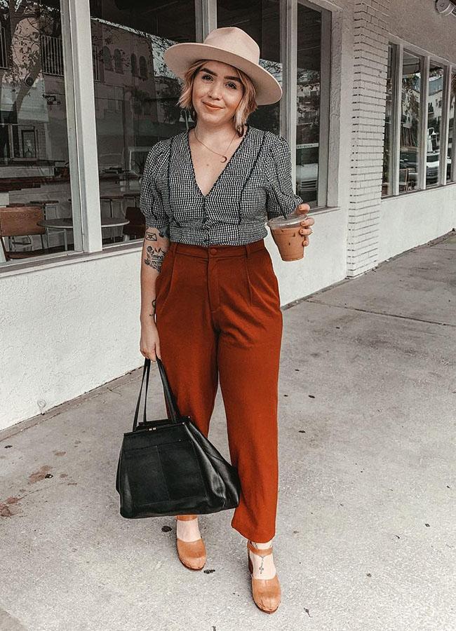 blusa com manga bufante e calça social marrom