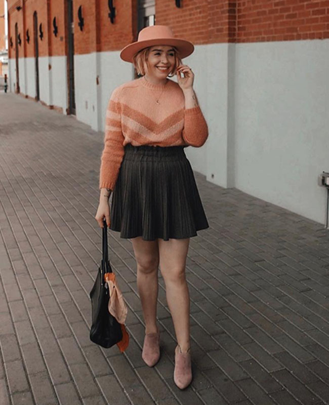 suéter laranja com listras e saia rodada