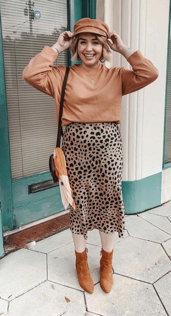 Suéter marrom com saia midi de oncinha