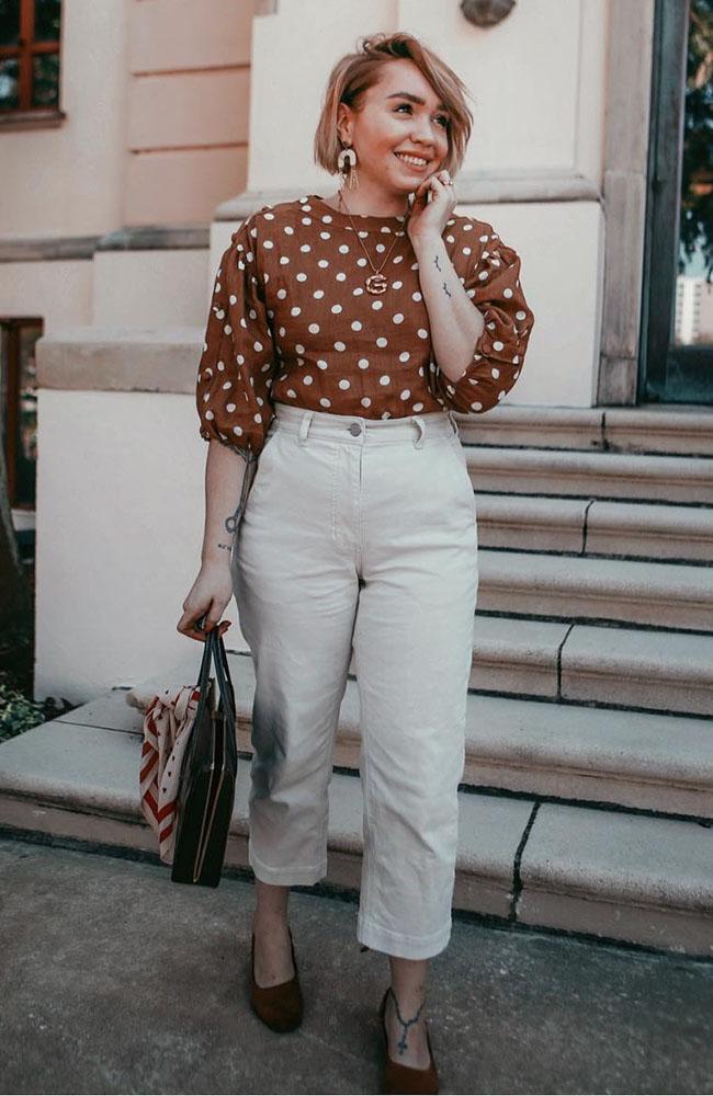 blusa marrom com manga bufante e calça branca