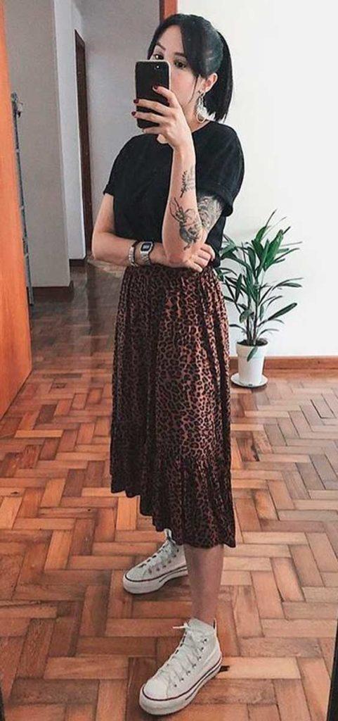 Blusa preta com saia midi animal print