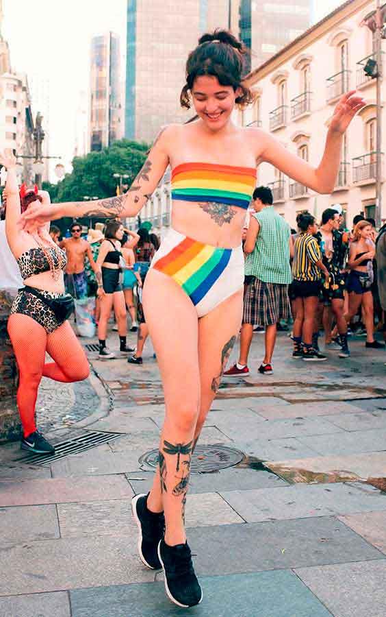 Biquini de arco-íris para o carnaval