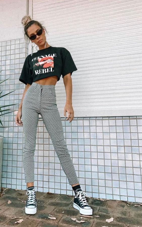 t-shirt cropped e calça cinza