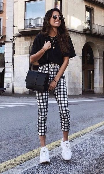 blusa preta e calça xadrez