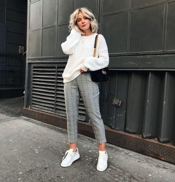 suéter branco e calça cinza