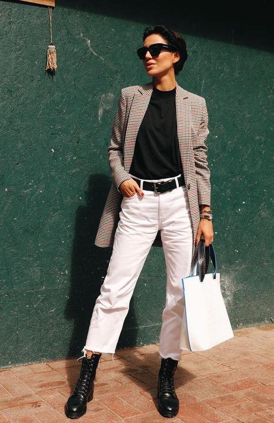 blazer cinza, blusa preta e calça branca
