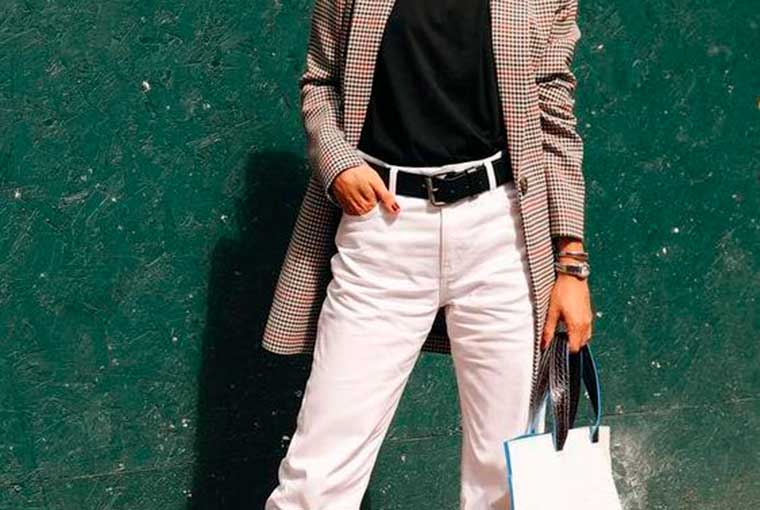 blazer cinza, blusa preta, calça branca