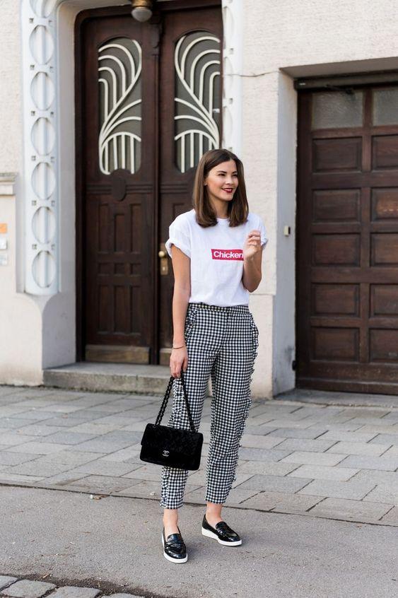 blusa estampada e calça de alfaiataria