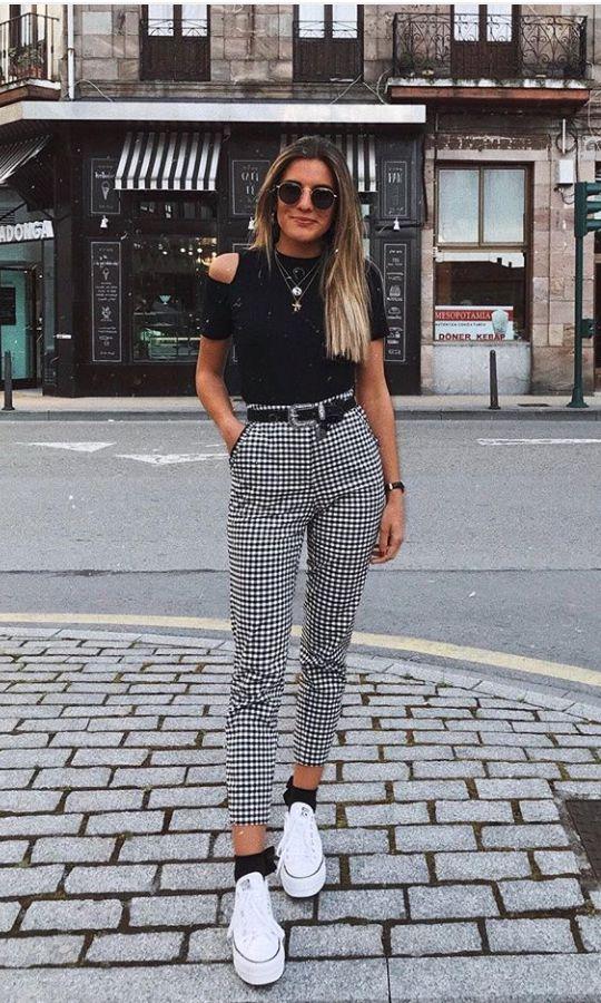 blusa cut out e calça xadrez