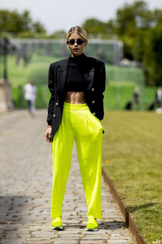 jaqueta prete a calça neon