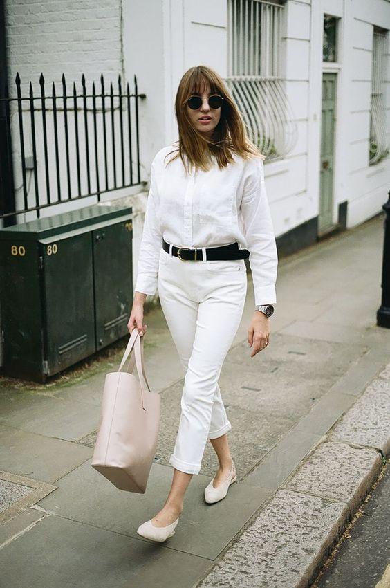 camisa branca e cinto preto