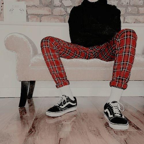 Suéter preto e calça vermelha