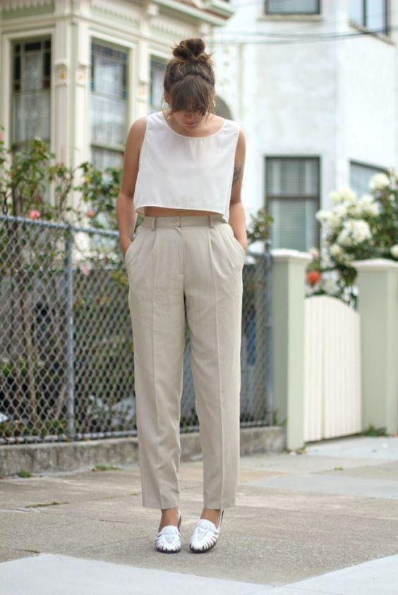 cropped branco e calça bege