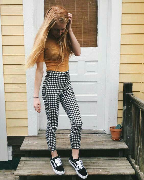 Blusa bege e calça cinza xadrez