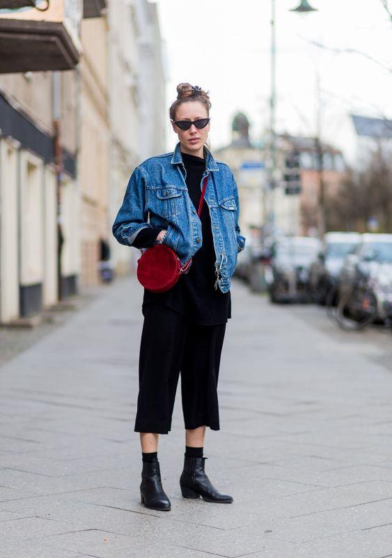 jaqueta jeans e bolsa vermelha