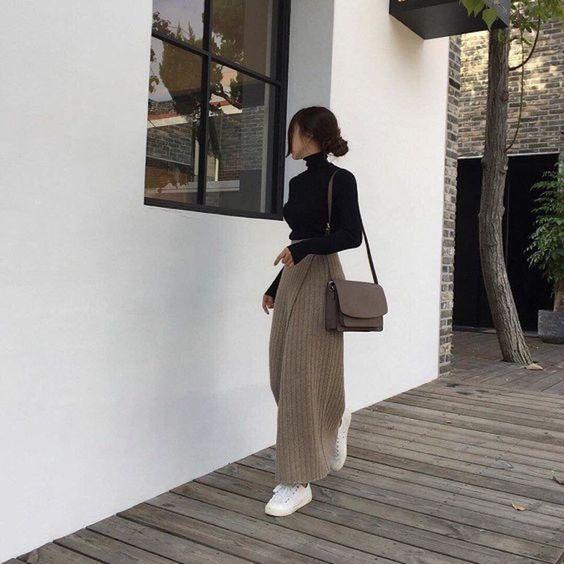 blusa de gola alta e calça larga