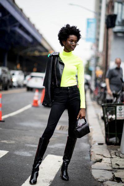 jaqueta de couro e blusa de gola alta