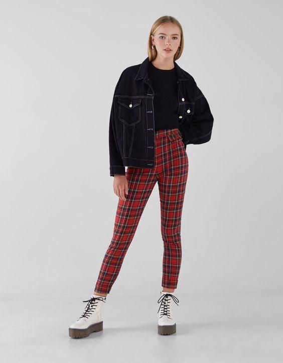 Blusa e jaqueta preta, calça vermelha