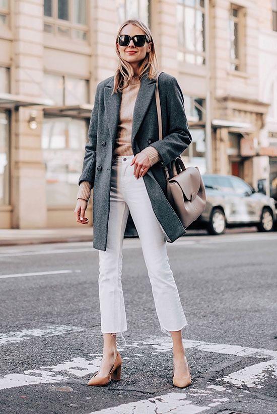 maxi casaco cinza e calça branca, suéter em tons terrosos