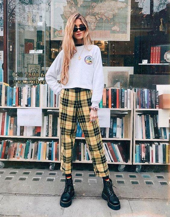 Suéter branco com calça amarela