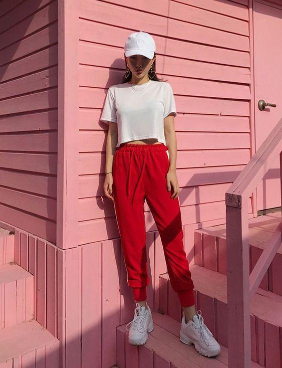blusa branca e calça vermelha