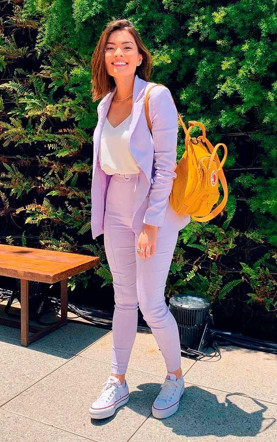 conjuntinho lilás com blusa e tênis branco