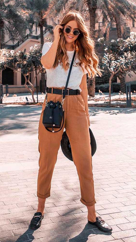 blusa branca e calça marrom