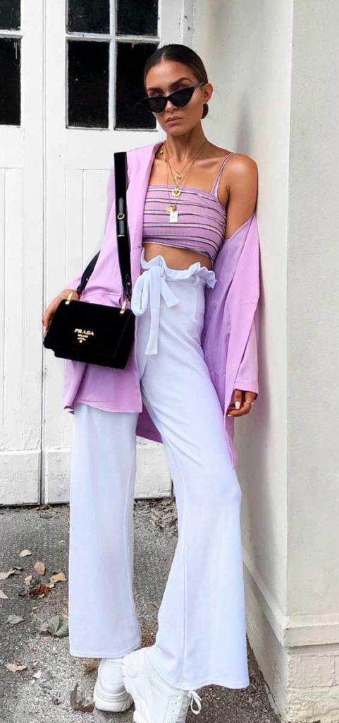 Cropped. casaco lilás e calça branca