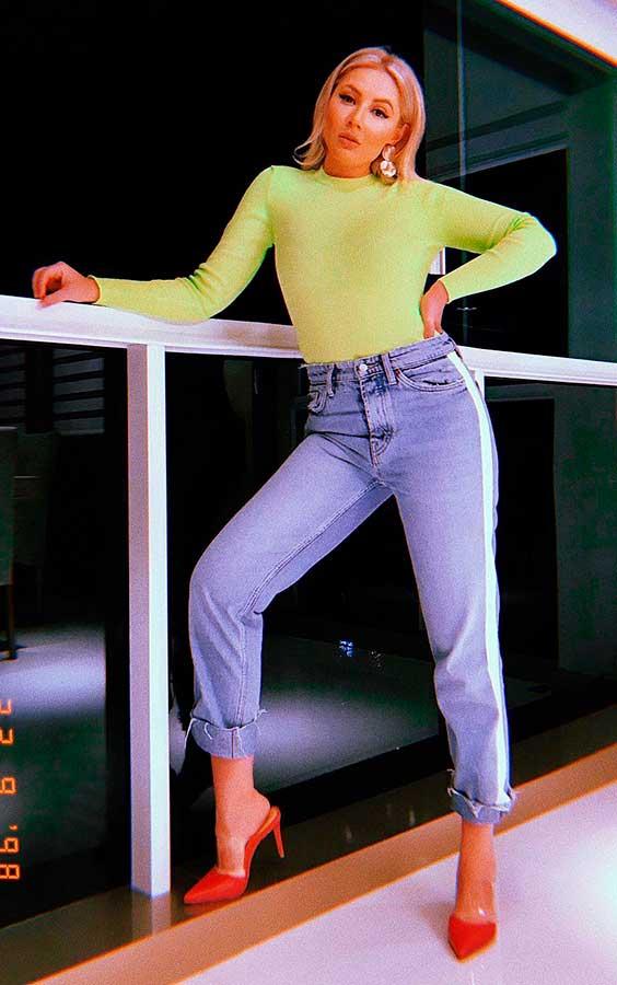 blusa de manga e calça jeans