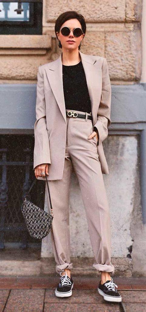 blazer, calça de alfaiataria com tênis