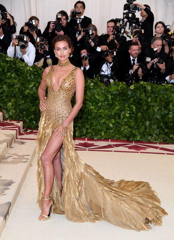 Irina Shayk vestido dourado