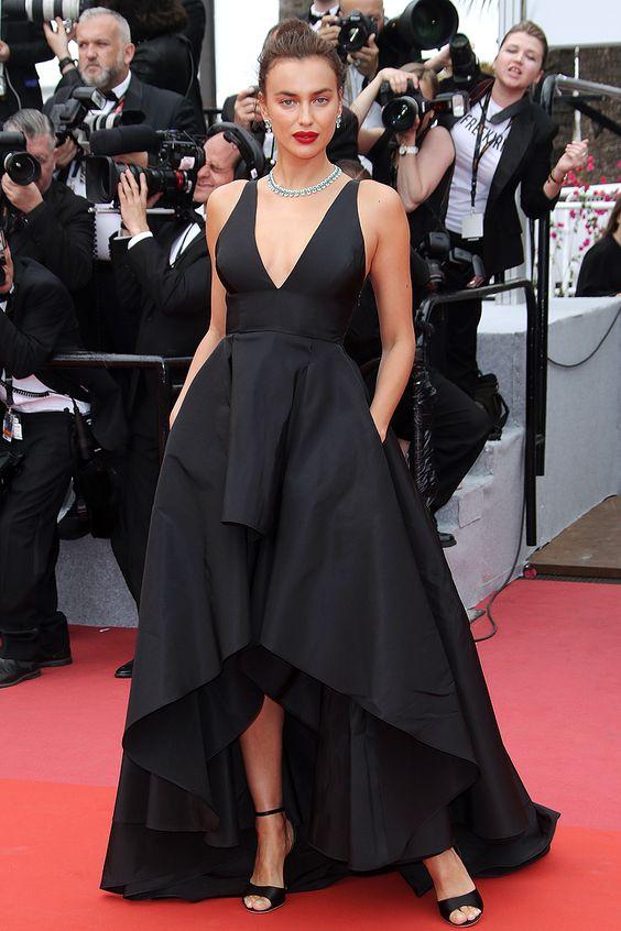 Irina Shayk vestido preto com decote