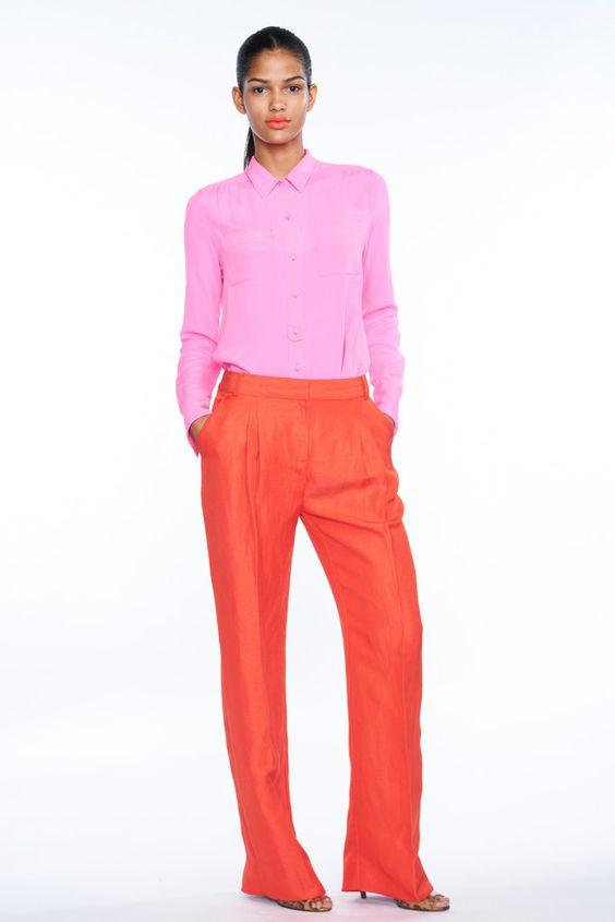 camisa rosa e calça de alfaiataria coral