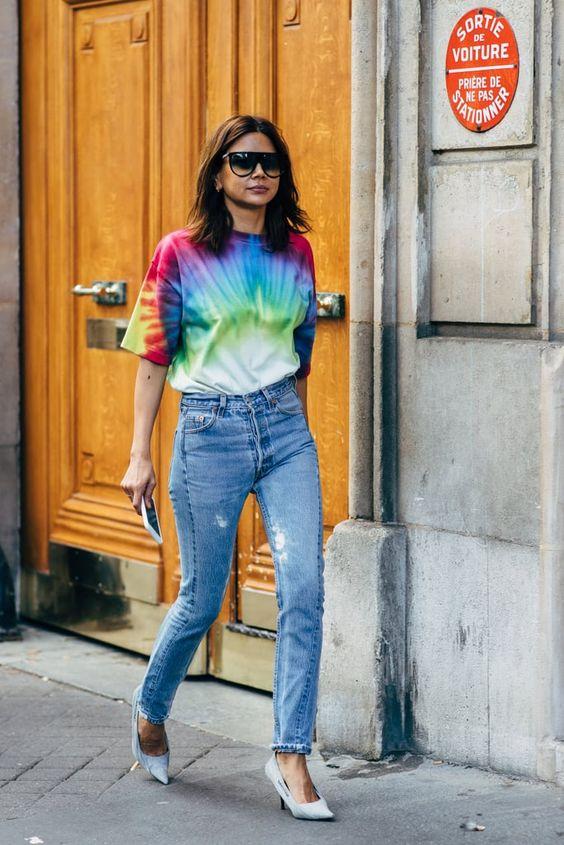 blusa estampada e calça jeans