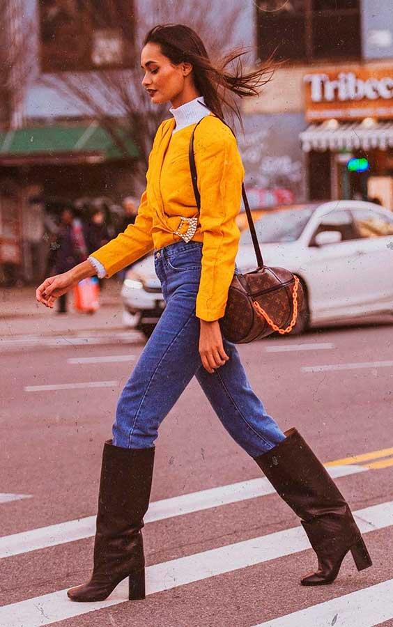 calça jeans com botas de cowboy