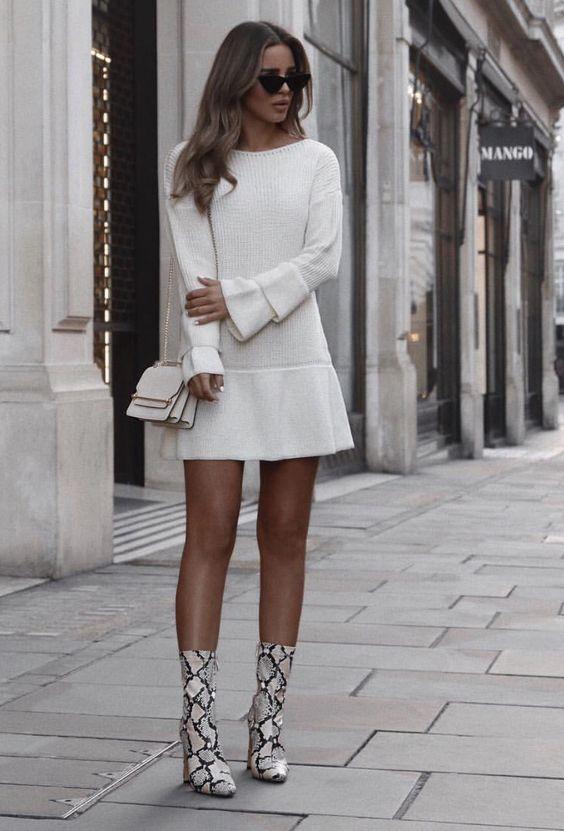 vestido branco e botas de cobra