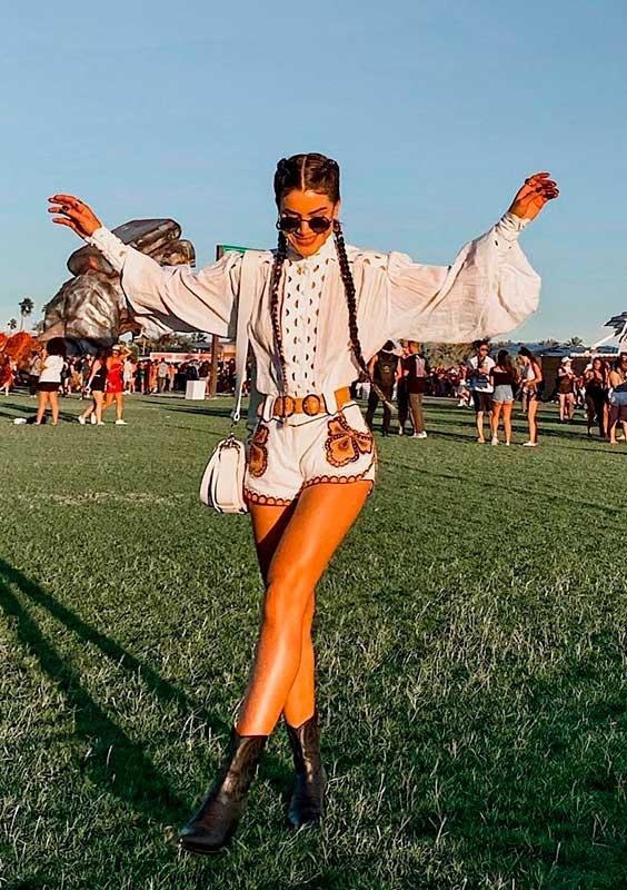 Camisa branca e short bordado no Coachella