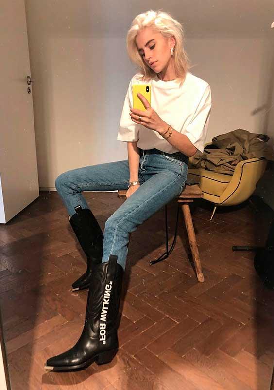 Cowcoy boot, blusa branca e calça jeans