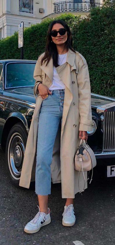 trench coat, blusa branca e calça jeans