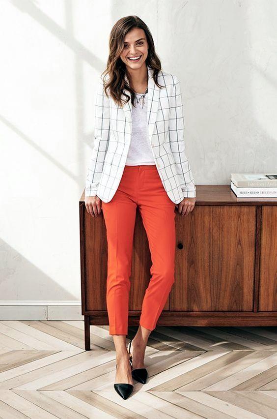 blazer branco xadrez e calça coral