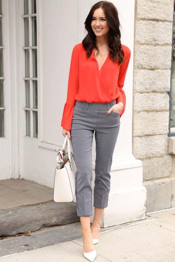 camisa coral com calça cinza