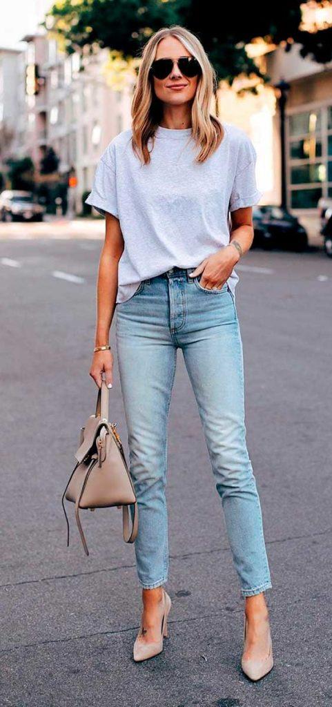 Scarpin nude, blusa branca e calça jeans