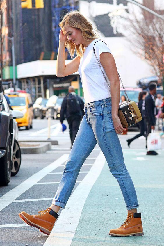 blusa branca, calça jeans e botas marrons