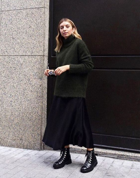 vestido midi sobreposto com suéter